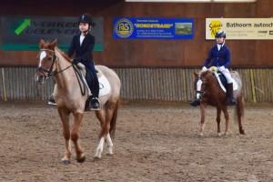Amber en Chanel (de achterste van de twee) rijden geconcentreerd een onderdeel van hun proef