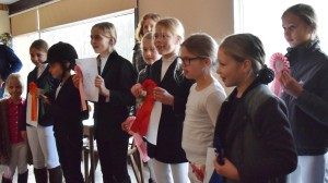 Op de foto staan bijna alle winnaars van de eerste groep deelnemers